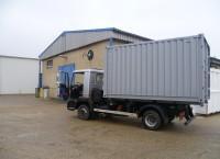 Stavební kontejner při převozu